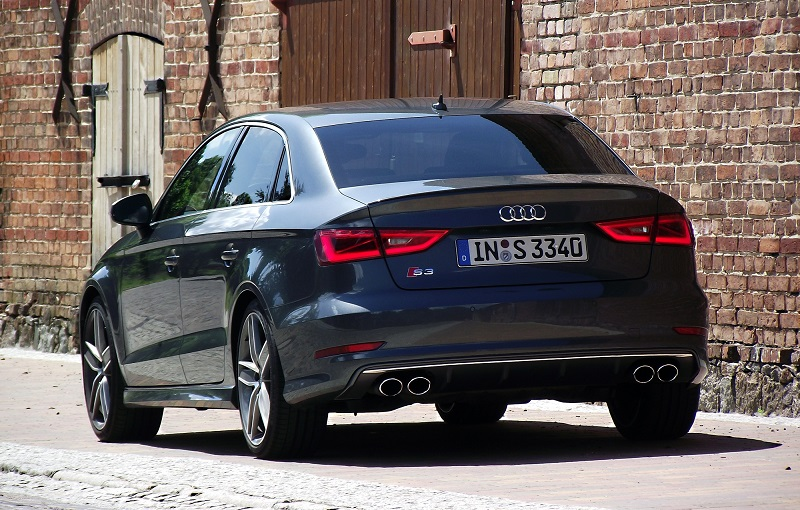 2013_Audi_S3_Limousine_8VS_2.0_TFSI_S_tronic_quattro_Daytonagrau-Perleffekt_Heckansicht